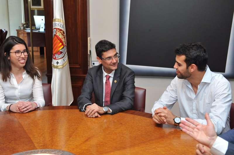 Los dos alumnos que van a representar a España con Mora en el centro