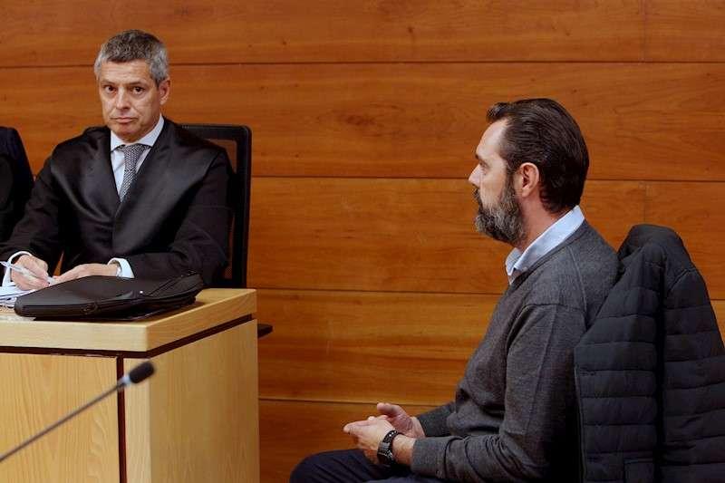 Miguel López (d) durante la jornada de hoy, en la que se ha entregado al jurado el objeto de veredicto tras el juicio contra él como presunto asesino de su suegra María del Carmen Martínez,viuda de Vicente Sala. EFE/MORELL