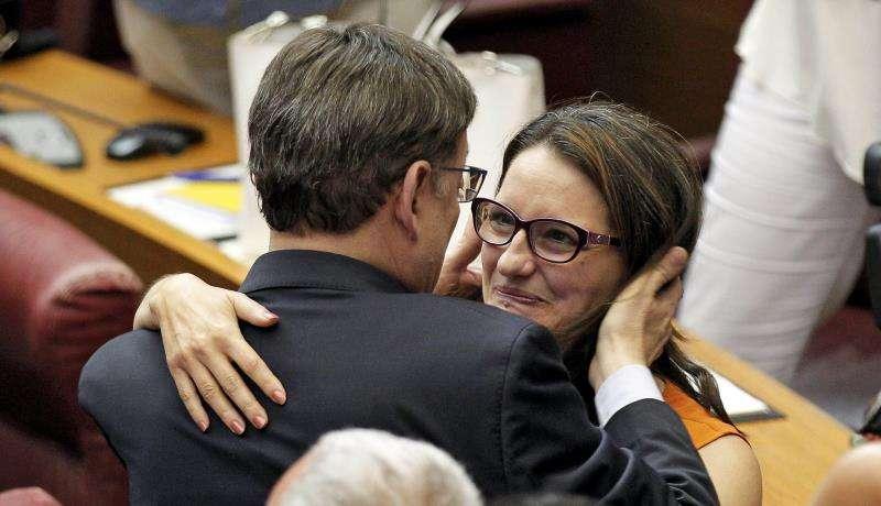 El socialista Ximo Puig se abraza a Mónica Oltra tras su elección como president de la Generalitat. EFE/Archivo