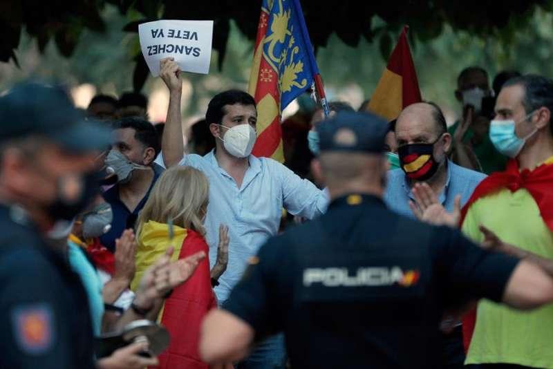 Una de las concentraciones que se han desarrollado estos días en la Alameda de Valencia para protestar contra la gestión del Gobierno.  EFE