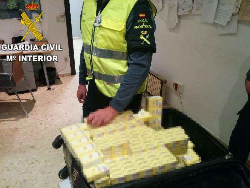 Tabaco incautado por la Guardia Civil a un pasajero del aeropuerto de Manises. EPDA