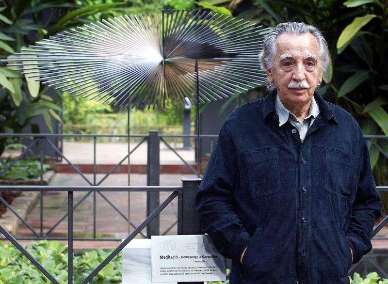 El escultor valenciano Andreu Alfaro posa con una de sus obras. EFE/Archivo