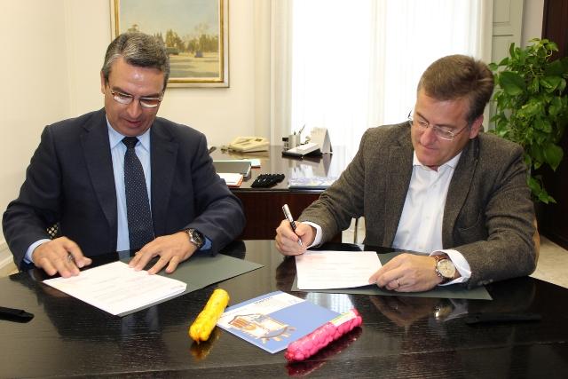 Imagen del diputado de Turismo, Sanjuán, y el alcalde de Casinos, Espinosa. FOTO: DIVAL