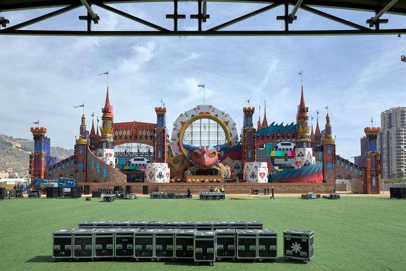 El escenario principal del Medusa Sunbeach Festival de Cullera, obra del artista fallero Manolo García. EFE/Archivo