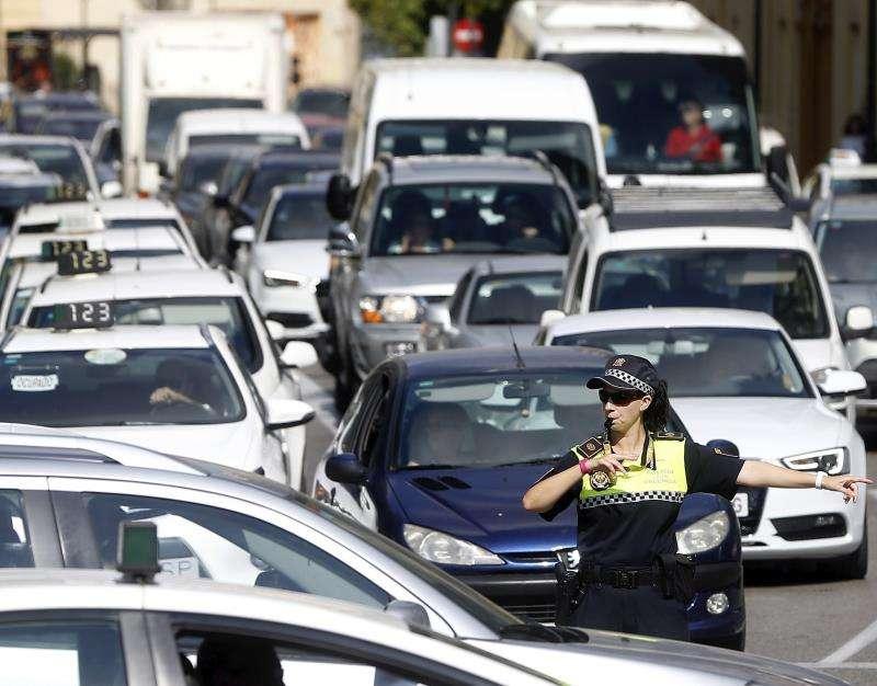 Tráfico en el centro de València. EFE/Archivo