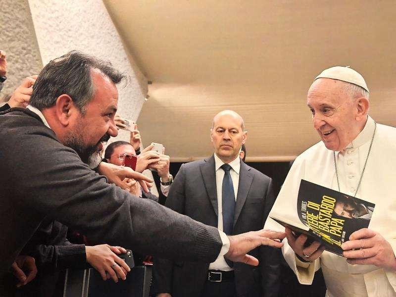 El abogado valenciano Enrique Vila, presidente de SOS Raíces Adoptados, entregando su libro al papa Francisco, en una imagen facilitada por Vila.