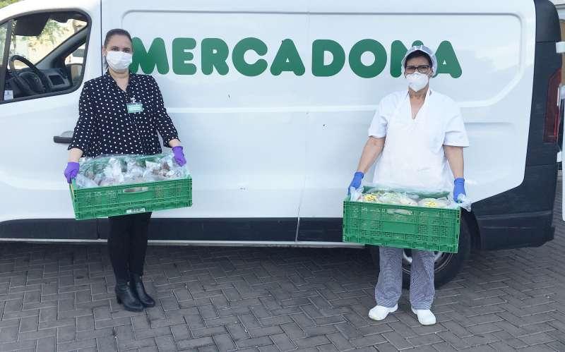 Representantes de Mercadona y del Comedor Municipal y Albergue de Transeúntes de Castelló durante una de las entregas de alimentos