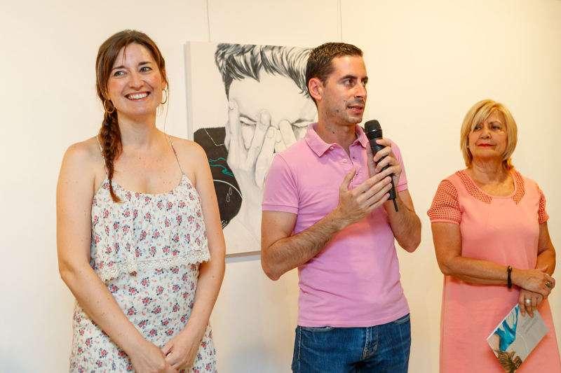 Alcalde y concejala de Cultura de Mislata junto a la autora, Verónica Deltoro(izq.), en la inauguración de su exposición. EPDA