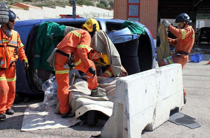 Bomberos realizando uno de los servicios