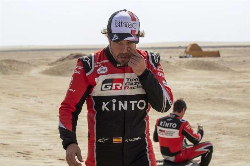 El piloto español Fernando Alonso (L) del equipo Toyota Gazoo Racing durante su participación en el Rally Dakar 2020. EFE/Archivo