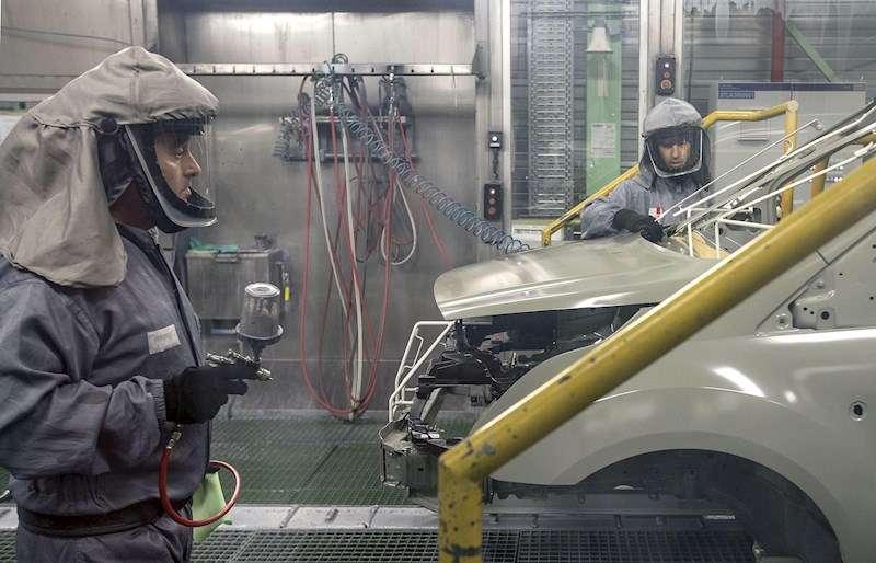 Dos trabajadores de la planta de pintura de Ford en Almussafes (Valencia) revisan una carrocería en una imagen de archivo. EFE