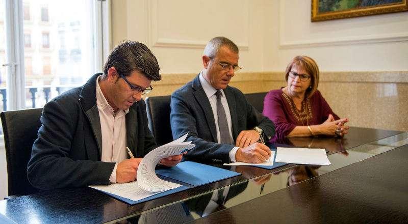 El presidente de la Diputación de València firma e convenio con los colegios de abogados. EPDA