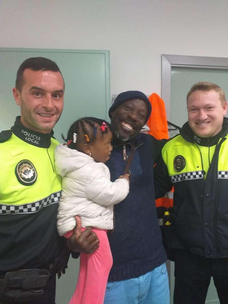 Foto dels dos policies junt a la víctima i el seu pare.- EPDA