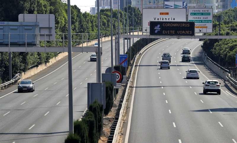 Imagen de archivo de un panel de tráfico, situado en la entrada por la CV-35 a la ciudad de Valencia. EFE