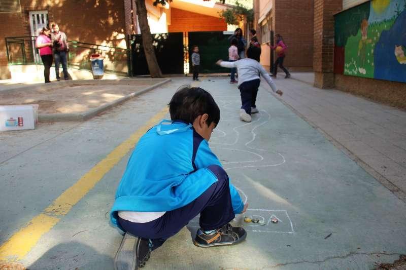 Un niño juega en la escuela de pascua de Torrent. Archivo/EPDA