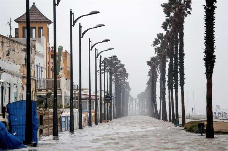 Imagen de la playa de la Patacona completemente inundada por la borrasca Gloria.EFE/Manuel Bruque