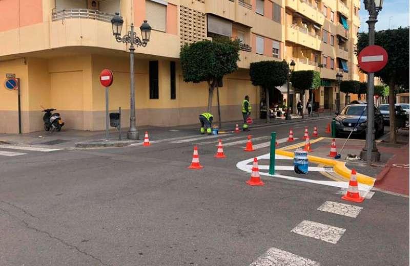 Obras en un paso de peatones de Paterna. EPDA