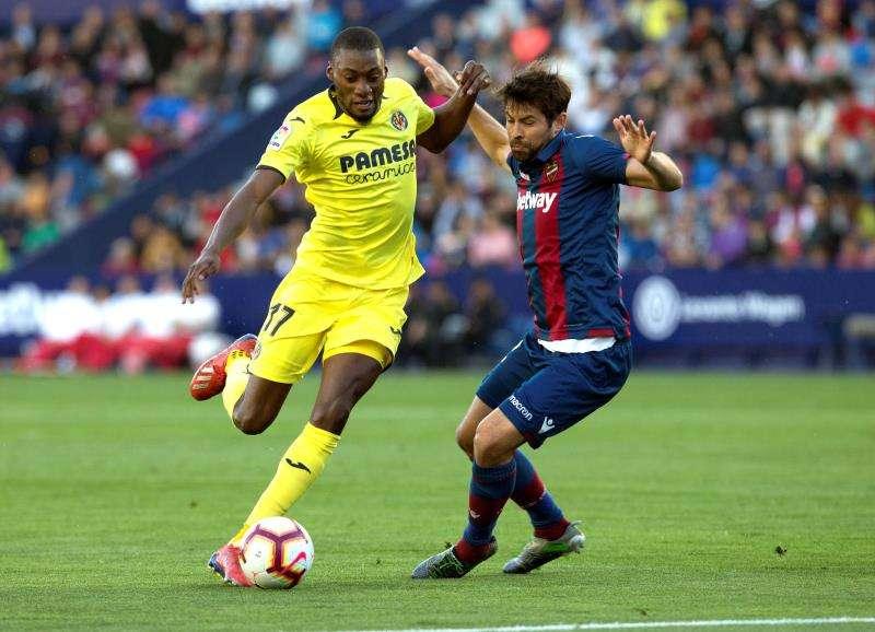 El delantero camerunés del Villarreal Karl Toko Ekambi (i) pelea un balón con el defensa del Levante Coke. EFE