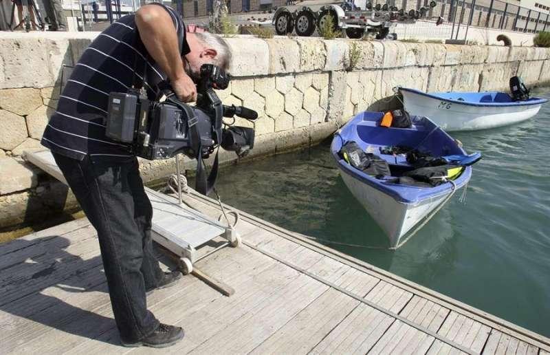 Un cámara graba una patera. EFE/Morell/Archivo