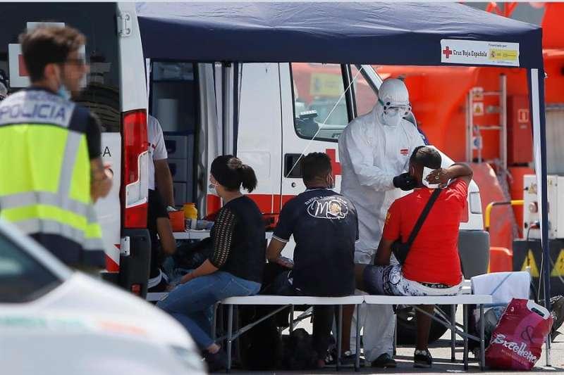 Los sanitarios de la Cruz Roja, enfundados en EPI