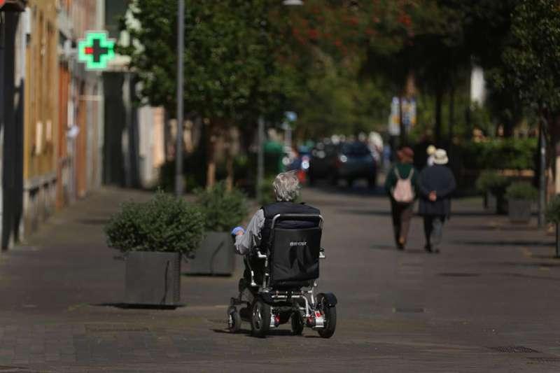 Una persona se desplaza en silla de ruedas. EFEE/Archivo