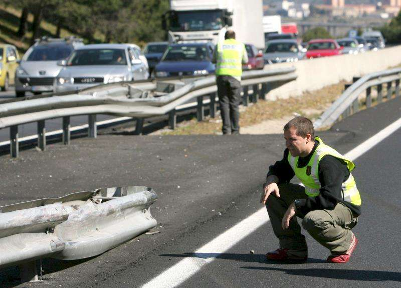 Agentes inspeccionan una mediana de la AP-7 tras un accidente. EFE/Archivo
