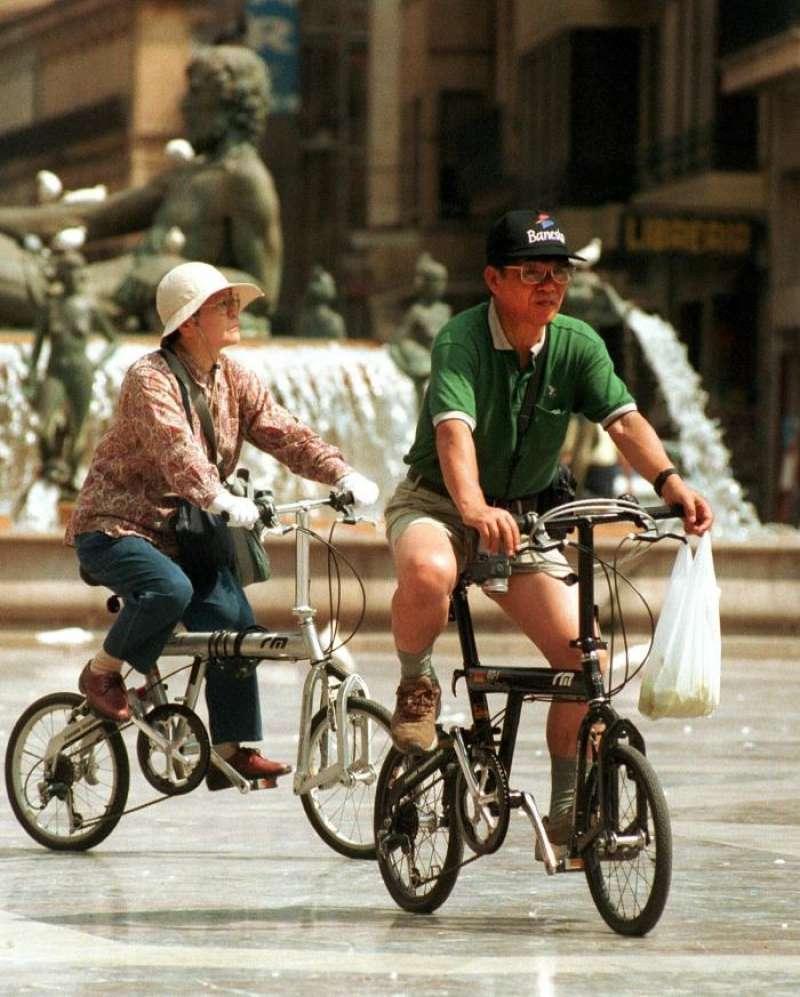 Una pareja de turistas japoneses pasea en bicicleta por València. EFE/Archivo