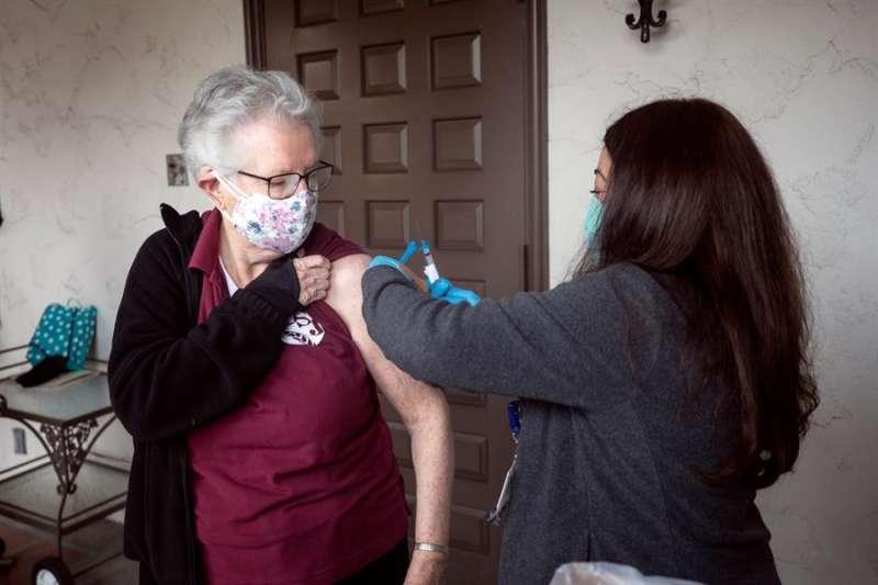 Persona mayor vacunándose. EFE/EPA/ETIENNE LAURENT/Archivo