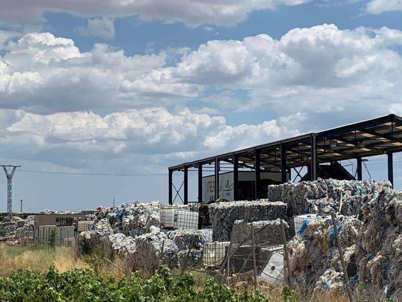 Imagen del vertedero ilegal de plásticos en Utiel. EFE/PP
