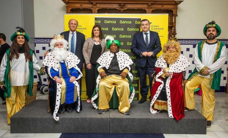 Luis Miralles, María Rosa Piqueras y Jaime Casas, acompañan a sus Majestades los Reyes Magos de Oriente. EPDA