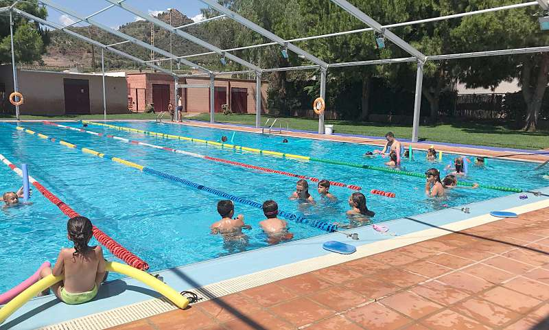 Niños en una de las actividades organizadas en la piscina de Benifairó. EPDA