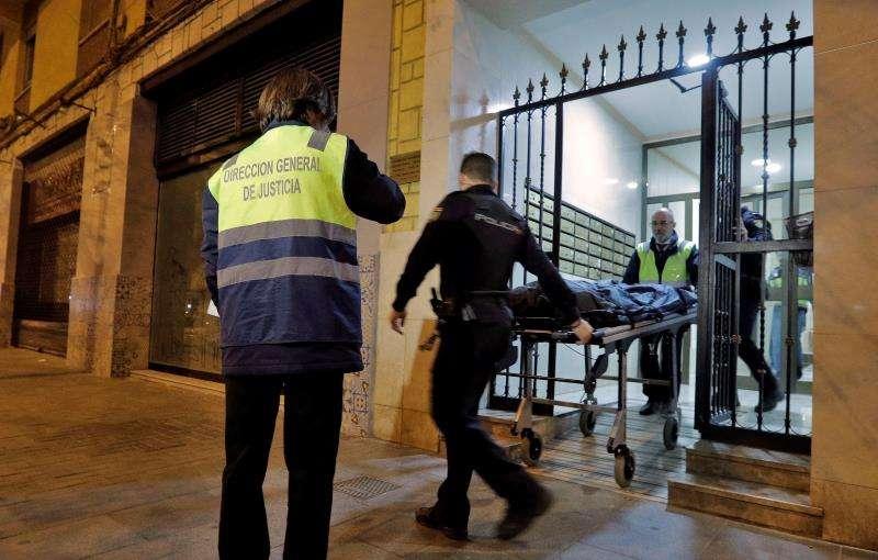 Agentes de la Policía Nacional sacan en camilla los restos humanos hallados en el interior de una vivienda situada en una calle del barrio valenciano de Benimaclet, en una imagen del 17 de marzo de 2018. EFE/Archivo