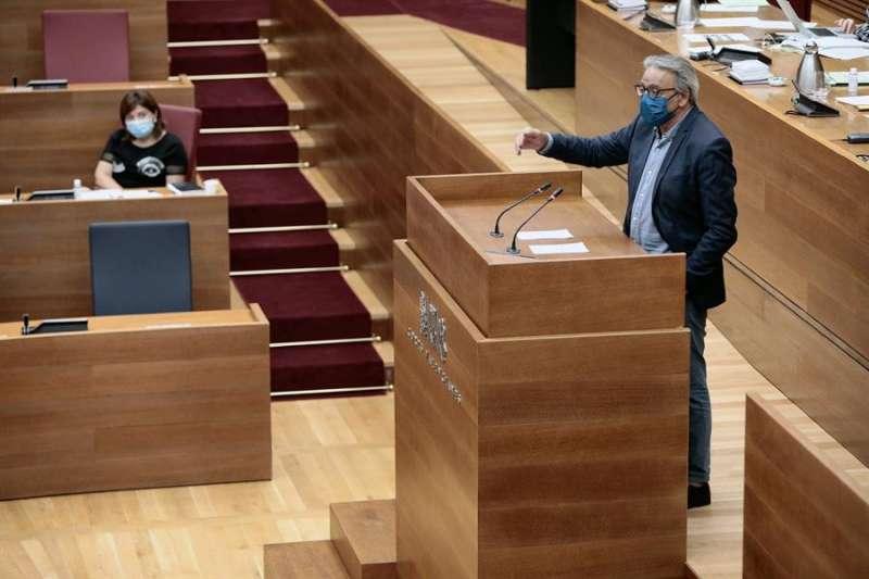 El portavoz del grupo socialista, Manuel Mata, durante su intervención ante el Pleno de Les Corts. EFE/ Biel Aliño/Archivo