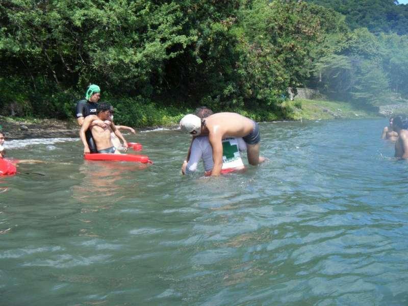 Práctica realizada por los bomberos de rescates en el agua