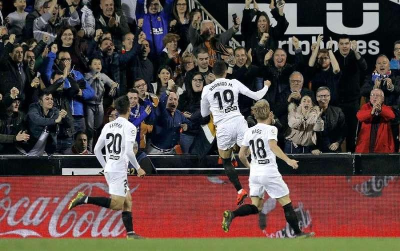 El delantero Rodrigo Moreno celebra un gol con los aficionados en la grada de Mestalla. EFE/Archivo