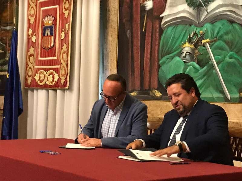 Moliner y Martín en la firma del convenio