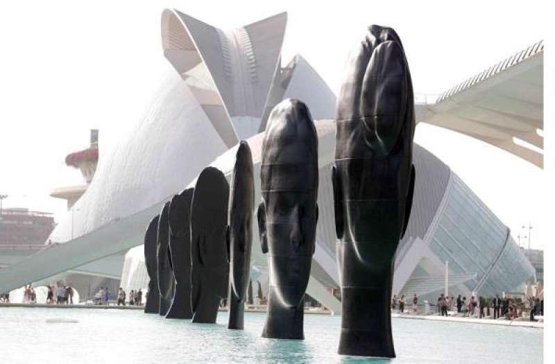 Vista general de las siete grandes cabezas pensantes de Jaume Plensa instaladas en la Ciudad de las Artes y las Ciencias de València. EFE/Kai Försterling./ EPDA