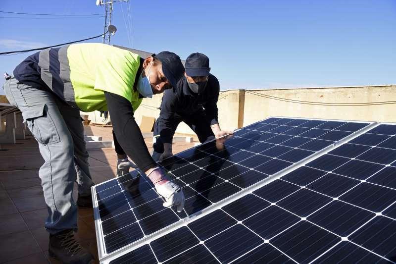 Instalación de placas solares en un edificio. EPDA.