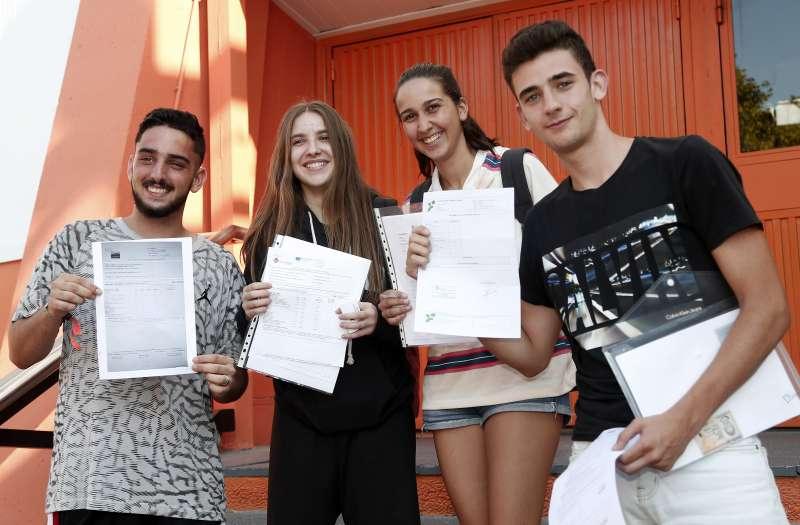 Estudiantes mostrando sus notas. VALÈNCIA BASKET