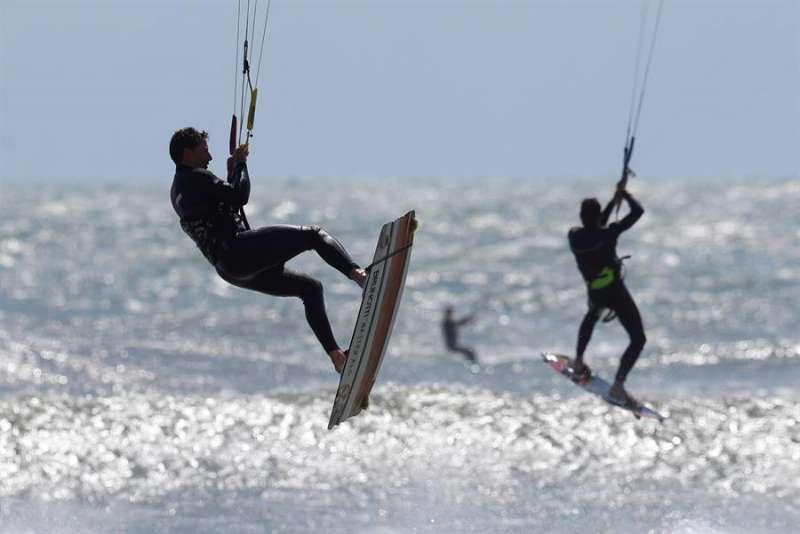 Varios kitesurfistas practican en una playa valenciana en una imagen tomada este sábado. EFE/ Kai Försterling