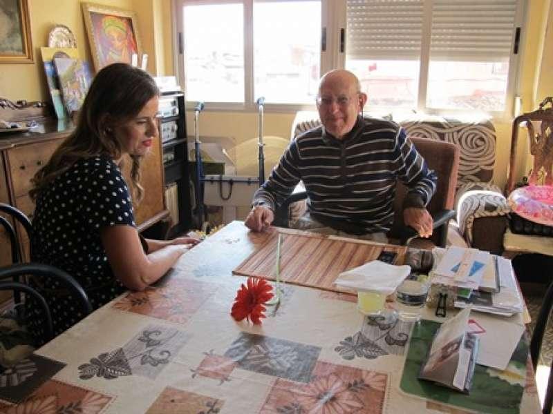 Visita de una voluntaria en casa de una persona mayor.EPDA