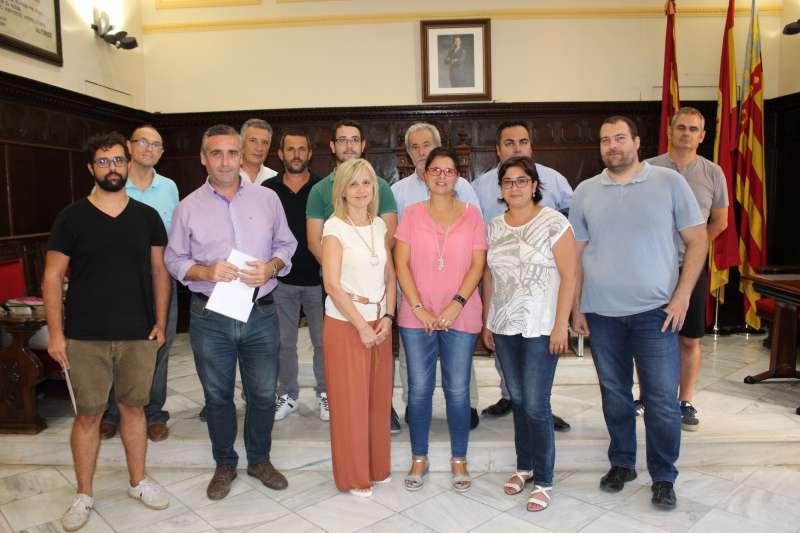 Los alcaldes de la comarca y la concejala de Turismo de Sagunt en la firma del convenio. EPDA
