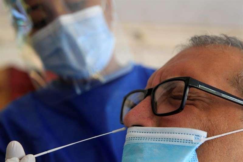 Un hombre se realiza una prueba para detectar la covid-19. EFE/Ricardo Maldonado Rozo