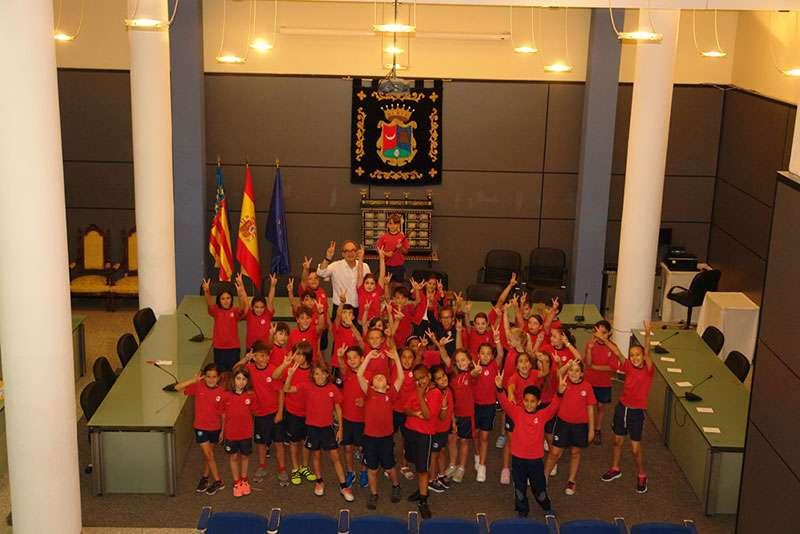 Los alumnos de tercero de primario posan junto al alcalde de Benaguasil. EPDA.