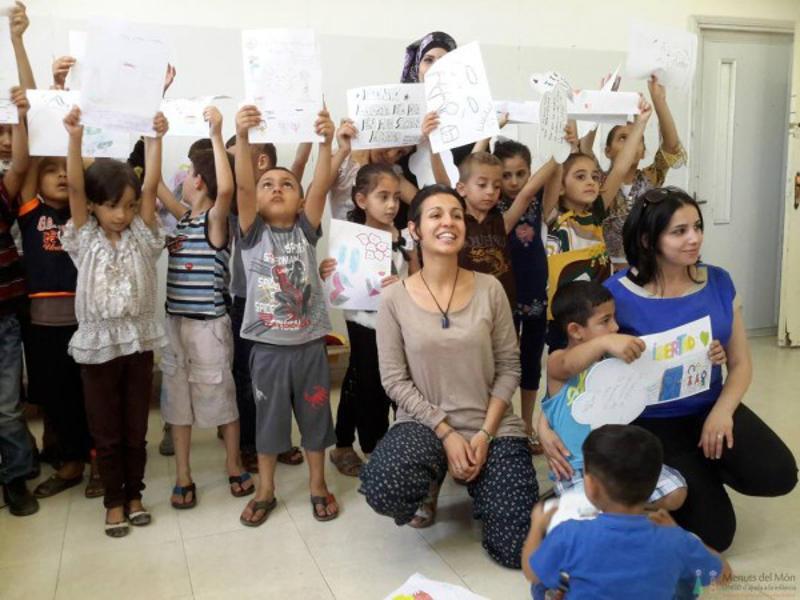 Els xiquets palestins de la iniciativa, junt a una vluntària