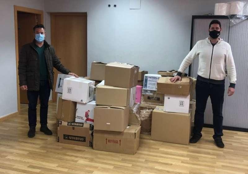 Donación de varias cajas de libros a la Biblioteca Solidaria. EPDA.