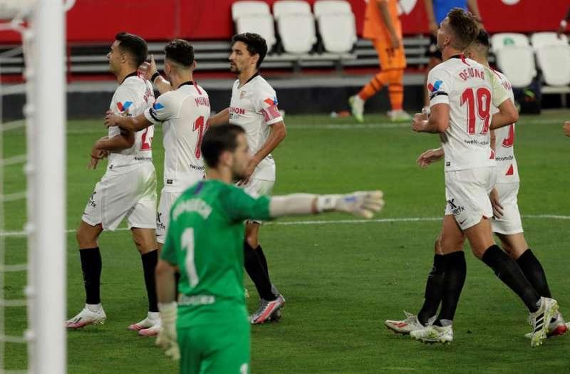 El defensa del Sevilla Sergio Reguilón (i) celebra con sus compañeros tras marcar el 1-0 durante el partido correspondiente a la última jornada de LaLiga Santander, que se disputó en el estadio Sánchez Pizjuán en Sevilla. EFE/Julio Muñoz