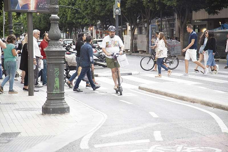 Un usuario con patinete circula por el carril bici de la calle Colón. / Elvira Folguerá