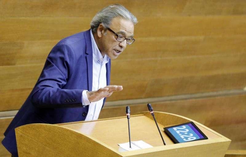 El portavoz del grupo parlamentario socialista, Manolo Mata, en una intervención en Les Corts. EFE/Archivo