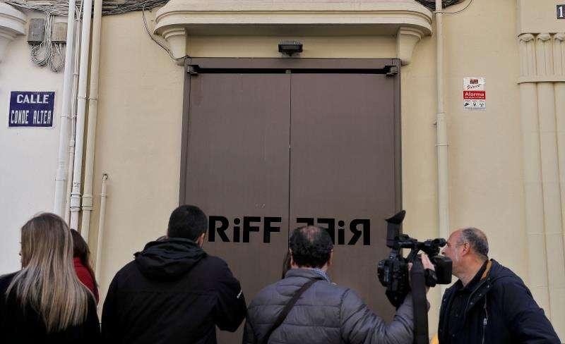 Varios cámaras de televisión y periodistas esperan a las puertas del restaurante RiFF de València.EFE